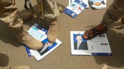 شاهد بالصورة .. ماذا فعل رجال المقاومة بصور الرئيس السابق علي عبدالله صالح عندما وجدوها في أحد أسواق  عدن