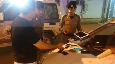 شاهد بالصور .. مقيم يمني  في السعودية يحوّل سيارته إلى محل للهروب من قرار توطين الإتصالات والأمن يلقي القبض عليه