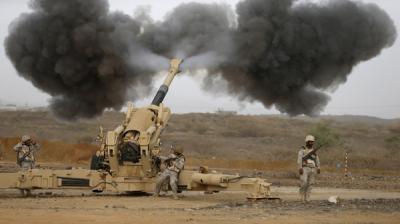 القوات السعودية تستهدف بالمدفعية مواقع الحوثيين على الحدود اليمنية السعودية