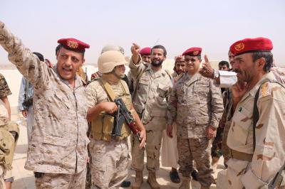 رئيس هيئة الأركان يتفقد جبهات القتال في الجوف ويجتمع بقيادة المنطقة السادسة ( صورة)