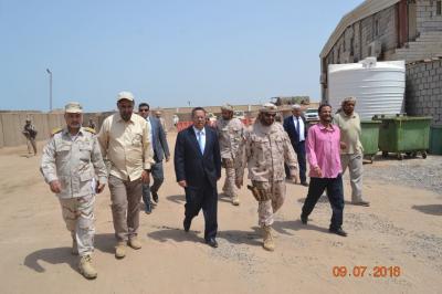 بن دغر يزور القاعدة الادارية لقوات التحالف العربي بعدن ( صورة)