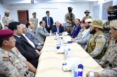 الرئيس هادي ونائبة يجتممعان بقيادة المنطقة العسكرية الثالثة أثناء تواجدهم اليوم بمأرب ( صورة)