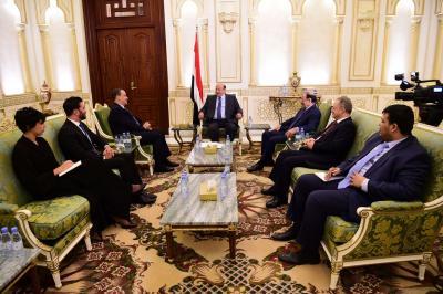 الرئيس هادي يجتمع بالمبعوث الأممي ولد الشيخ بحضور علي محسن الأحمر لأول مره ( صورة)