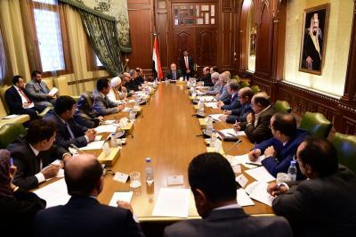 الرئيس هادي يجتمع مع اعضاء الفريق الحكومي لمشاورات السلام في الكويت