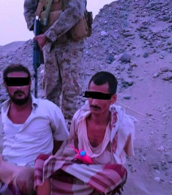 بالصور .. قوات الأمن بعدن تلقي القبض على عناصر تطلق الصواريخ على مطار عدن ومقر قيادة التحالف وتداهم مواقعهم