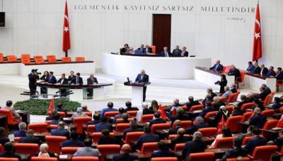 البرلمان التركي يحشد للدفاع عن الديمقراطية ويتوعّد الانقلابيين وأحزاب المعارضة تصفهم بالخونة