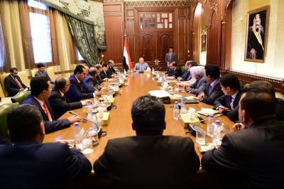 الرئيس هادي  يرأس اجتماع للحكومة بحضور نائبه في الرياض