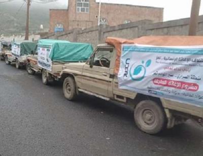 الجيش والمقاومة بتعز يسيران قافلة إغاثية إلى أبناء منطقة الصراري ( صورة)
