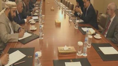 وفد الحكومة اليمنية في مشاورات الكويت يعلن إنتهاء المشاورات ويحدد موعد مغادرة الكويت