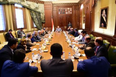 الرئيس هادي يترأس إجتماعاً مشتركاً بمستشاريه ورئيس وأعضاء الوفد الحكومي في مشاورات الكويت