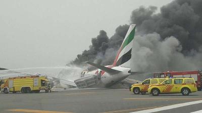 بالفيديو والصور .. حريق هائل وإغلاق مطار دبي بعد هبوط إضطراري وإشتعال طائرة تتبع طيران الإمارات