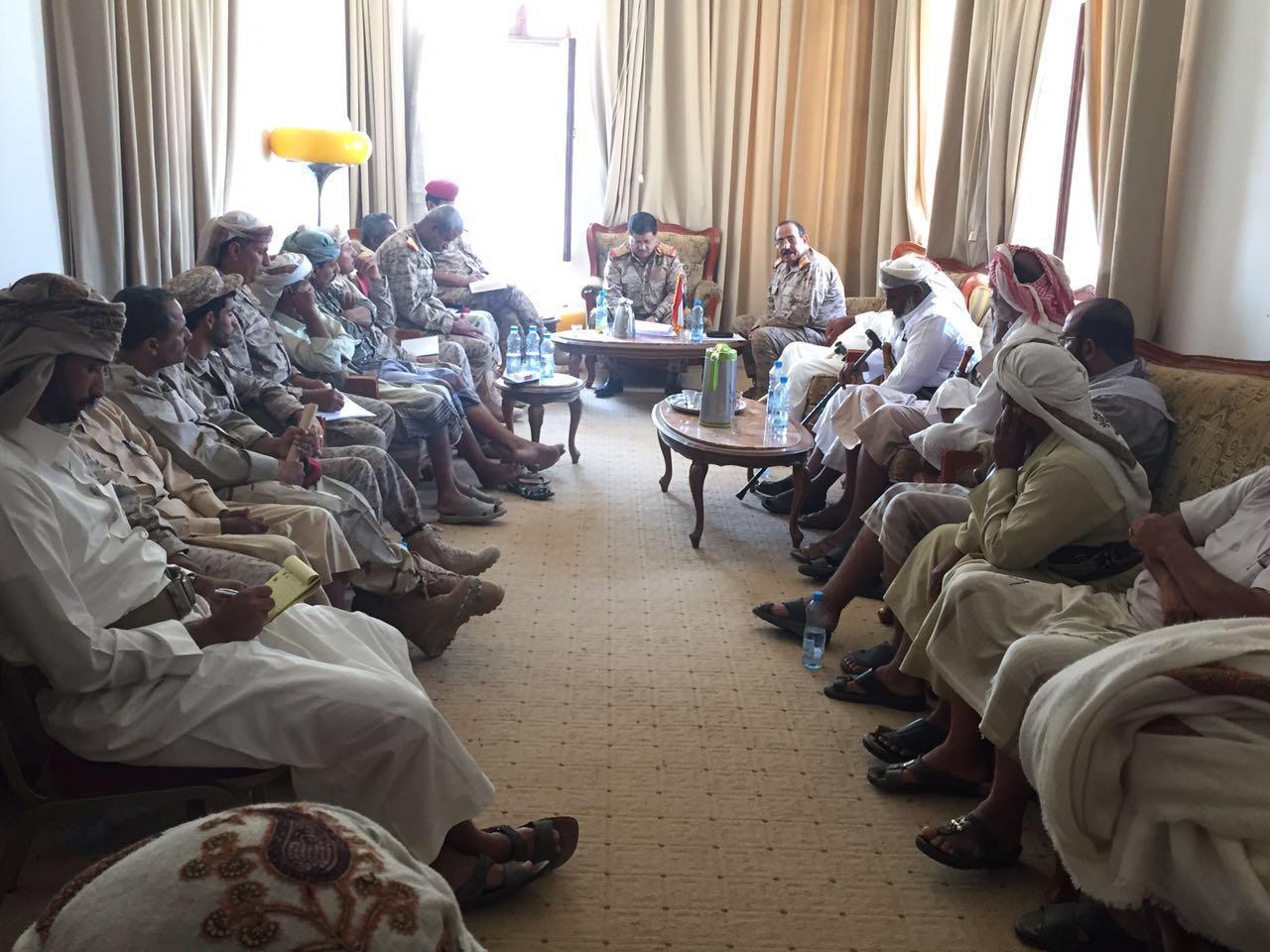 رئيس هيئة الأركان اللواء المقدشي يلتقي قيادات الجيش والمقاومة بمحافظة شبوة ( صوره)