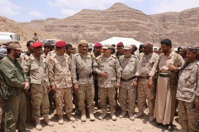 """رئيس الأركان يلتقي القيادة العسكرية في """"نهم"""" ويزور اللواء 81 ولواء حفظ السلام ( صوره)"""