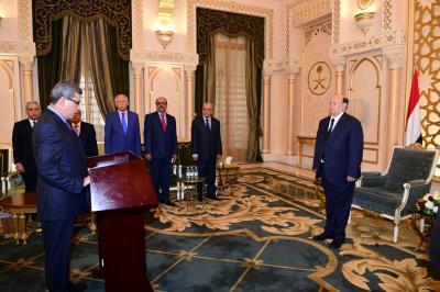 عدداً من السفراء يؤدون اليمين الدستورية أمام الرئيس هادي من بينهم قيادي مؤتمري وعضو اللجنة العامة ( صور - الأسماء)