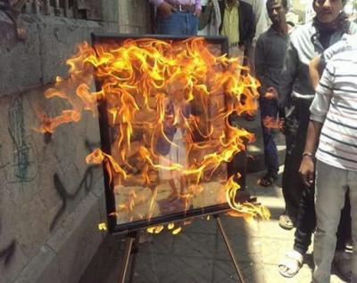 فنان تشكيلي يحرق لوحاته وسط العاصمة صنعاء بعد قيام الحوثيين بمنعه من إقامة معرض كان مخصصاً  له ( صوره)