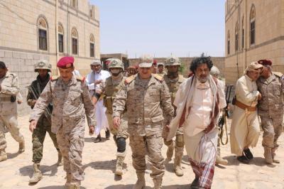"""رئيس الأركان يزور قيادة المنطقة السادسة ويتفقد مقاتلي اللواء 121 برفقة المحافظ """" العكيمي ( صوره)"""