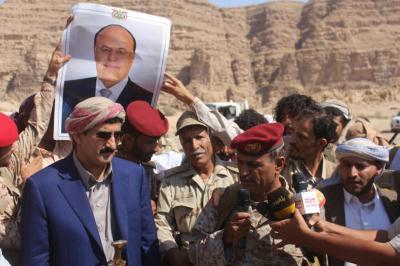 محافظ صنعاء يتفقد جبهات القتال في نهم ويهدي الجيش والمقاومة أكثر من مائة رأس من المواشي والأغنام ( صور)