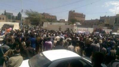 مظاهرة حاشدة أمام القصر الجمهوري تمنع أعضاء المجلس السياسي من الخروج ( صورة)