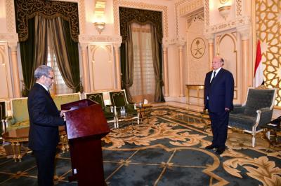 الناشطة سحر غانم والعشبي يؤديان اليمين الدستورية أمام الرئيس هادي ( صور)