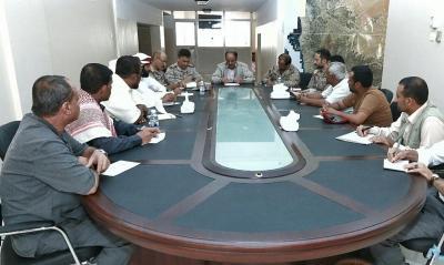 """نائب الرئيس """" علي محسن الأحمر """"  يناقش المشاكل التي تواجه اليمنيين في منفذ الوديعة ( صورة)"""