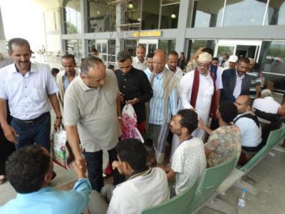 """محافظ تعز """" المعمري """" يودع الدفعة الاولى من جرحى مقاومة تعز عبر مطار عدن ( صوره)"""