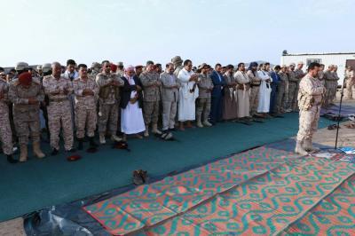 شاهد بالصور .. الفريق الركن علي محسن الأحمر يؤدي صلاة العيد في مأرب ويزور جرحى الجيش والمقاومة
