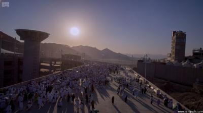 """حجاج بيت الله الحرام يرمون جمرة العقبة """" يوم النحر """" ( صور)"""