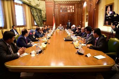 الرئيس هادي يرأس اجتماع لمستشارية واعضاء الحكومة ويوجه الحكومة بالنزول لإدارة المناطق المحررة