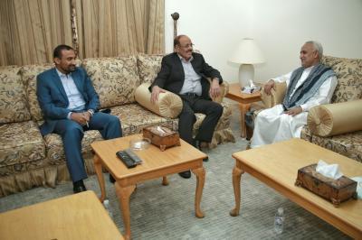 الفريق علي محسن الأحمر يلتقي محافظ الحديدة