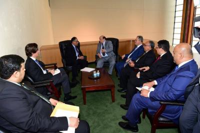 الرئيس هادي يلتقي نائب رئيس البنك الدولي ويتطرق إلى عملية نقل البنك إلى عدن