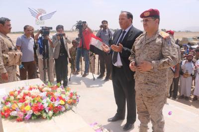 جباري والمقدشي يضعان إكليل من الزهور على ضريح الشهيد علي عبدالمغني
