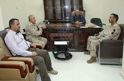 الفريق علي محسن الأحمر يناقش الخطط العسكرية مع عدد من قادة الألوية