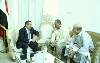 رئيس الوزراء يناقش مع محافظ عدن الأوضاع الأمنية والاقتصادية في المحافظة