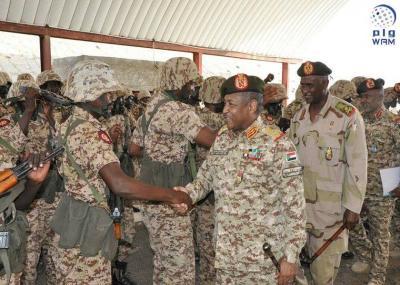 بالصور .. رئيس هيئة الأركان المشتركة السوداني يتفقد القوات السودانية في اليمن