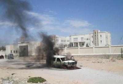 إنفجار سيارة مفخخة في المكلا بالتزامن مع وجود رئيس وأعضاء الحكومة  في المنطقة المستهدفة