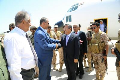رئيس الوزراء بن دغر يصل عدن بعد الأنباء التي تناولت مغادرته إلى الرياض ( صور)