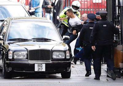 بالصور .. شخصان حاولا مهاجمة موكب ملك البحرين في بريطانيا والأمن يوقفهما قبل الوصول لسيارة الملك