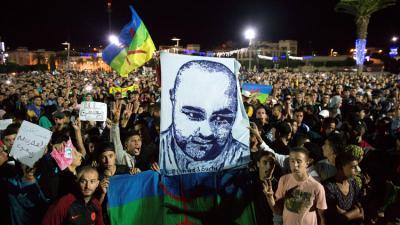 الإحتجاجات تتواصل لليوم الرابع في المغرب بعد طحن بائع السمك .. ووالد القتيل يرفض الفتنه
